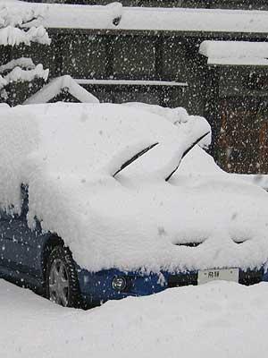 雪に埋もれるインプレッサ