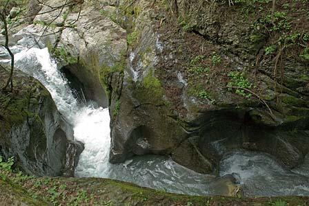 龍双ヶ滝下流の甌穴