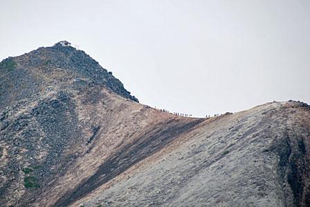 剣ヶ峰へ登る人々