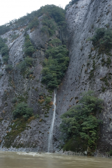 一枚岩と陰陽の滝
