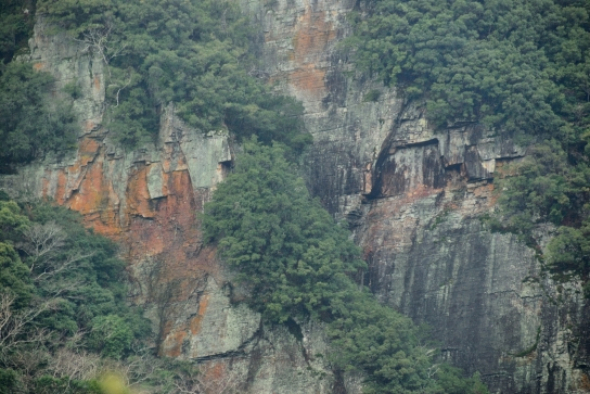 八草の滝の岩壁