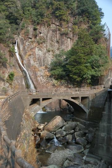 白見の滝と旧道の橋