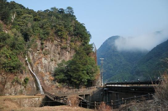 国道脇に白見の滝