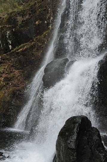 新緑前の宇津江四十八滝