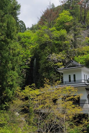 お城の裏に信玄滝