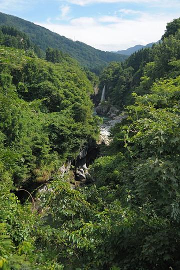 綿ヶ滝を遠望